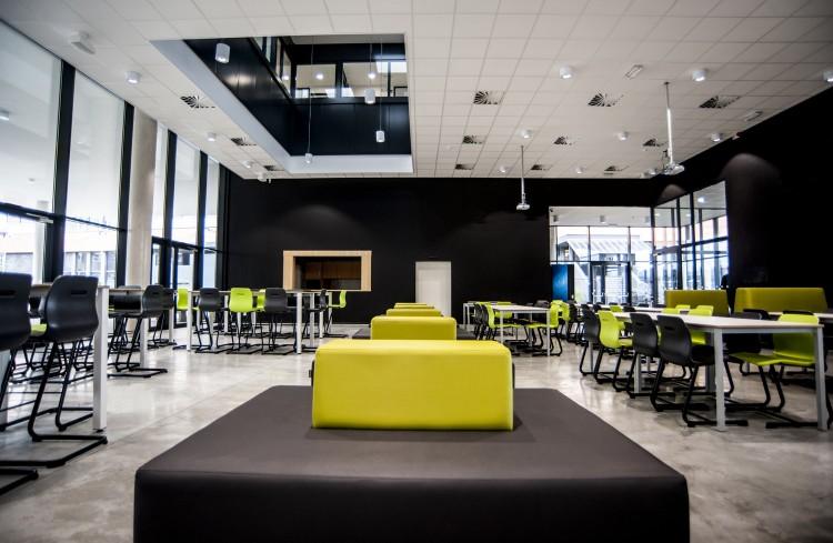 davant_projectmeubilair_onderwijs_adx_ziteiland_multicolour_aula_vanerum_belgie